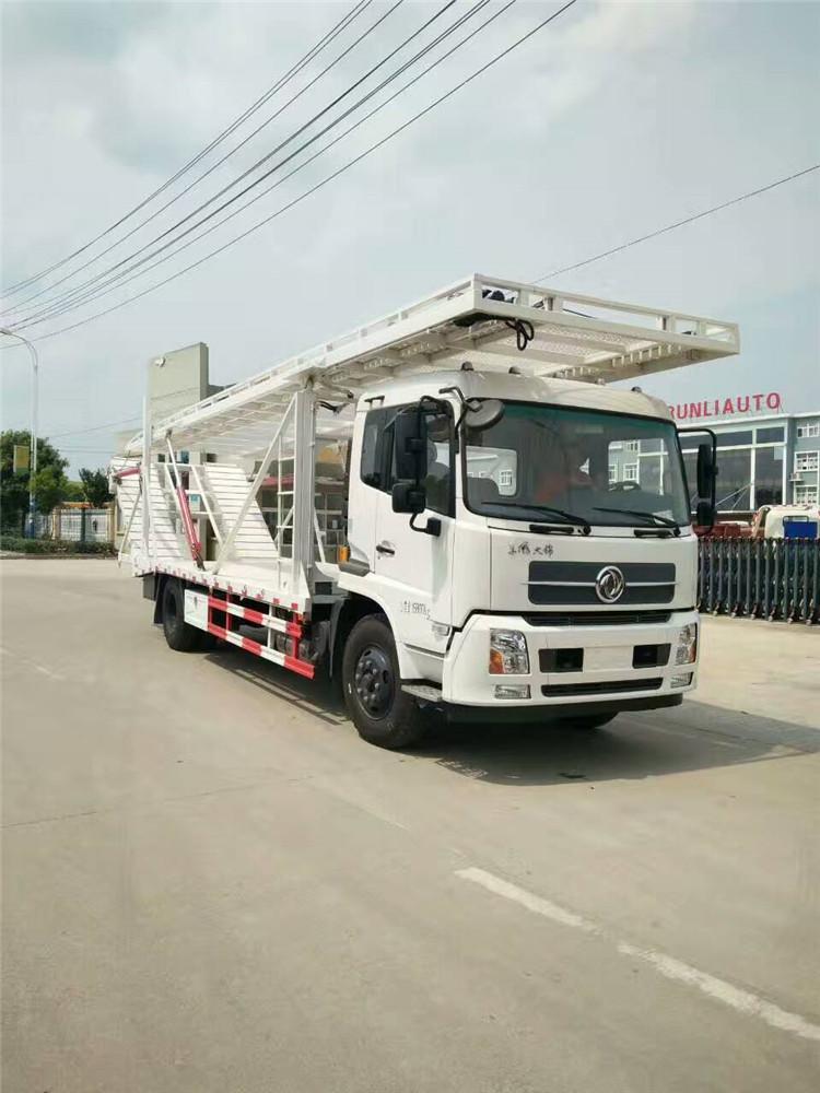 Três caminhões de demolição entregam uma vez