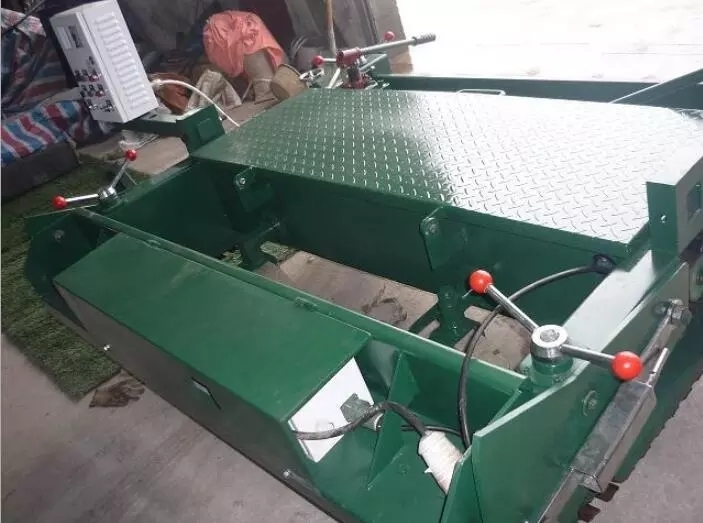 Plastic runway paver machine Rubber particle paver equipment