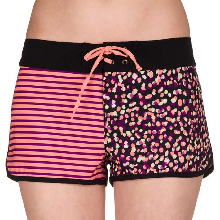 混合印刷电路板短裤泳裤的女孩