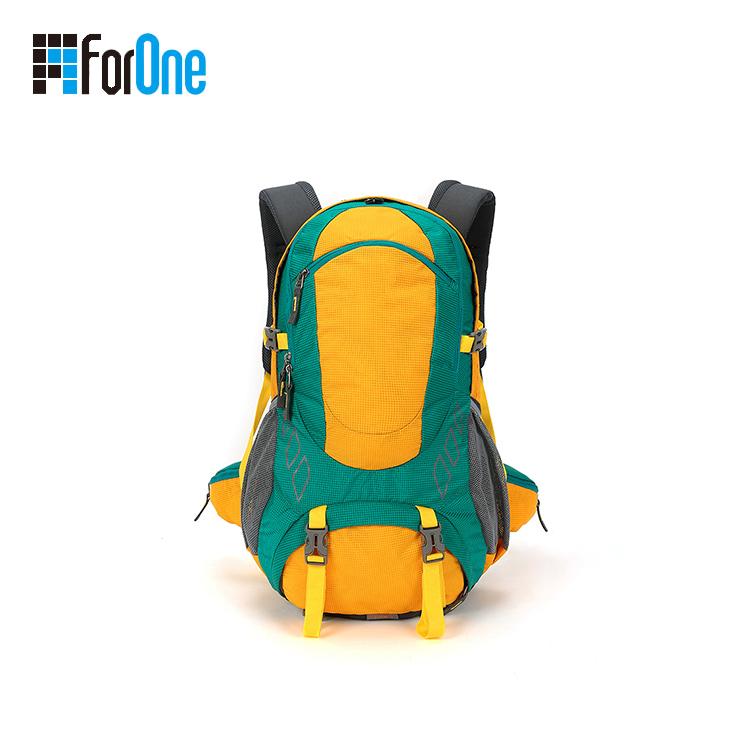色彩艳丽的登山包背包