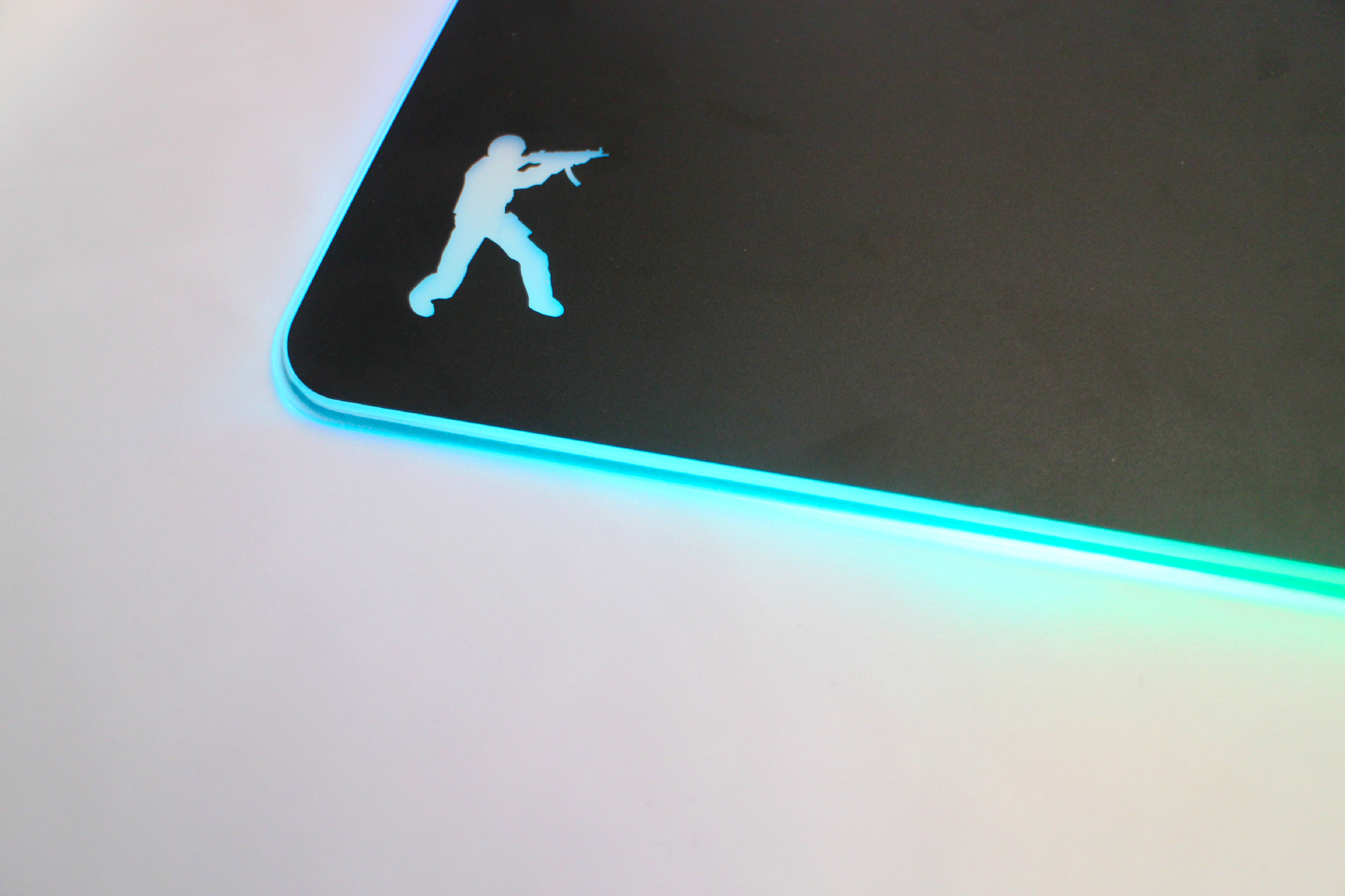 Wireless glow mouse pad