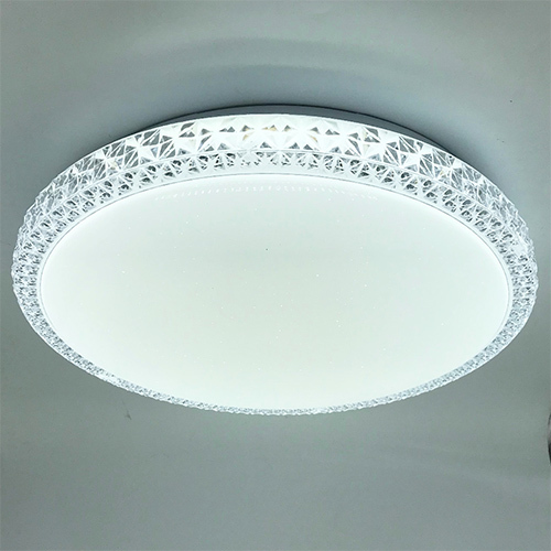 Plafon led con plastico brillante lateral.